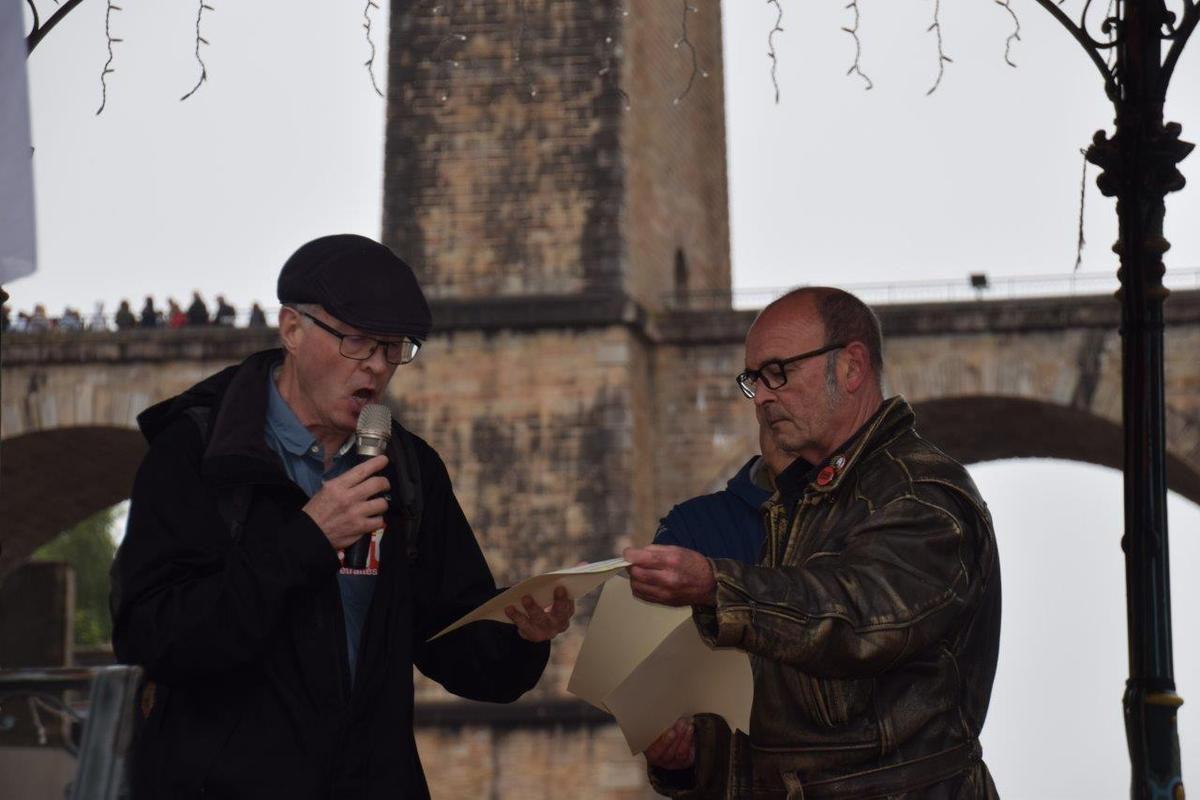 Jean-Yvon Ollivier (CGT) et Patrick Le Goas (FO) se sont exprimé devant les manifestants