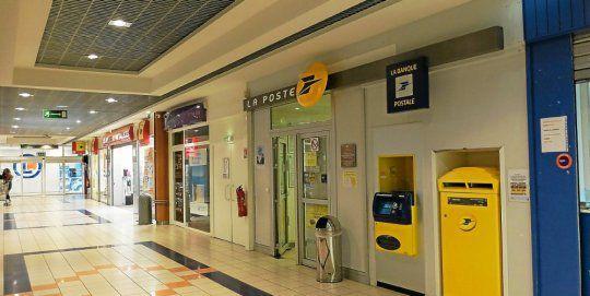Le bureau de poste du centre commercial Leclerc fermera ses portes le 3 novembre. Le commerce, le Hall de la Presse, prendra en charge une partie de ses activités, en service point-relais. (Caroline Trouillet)
