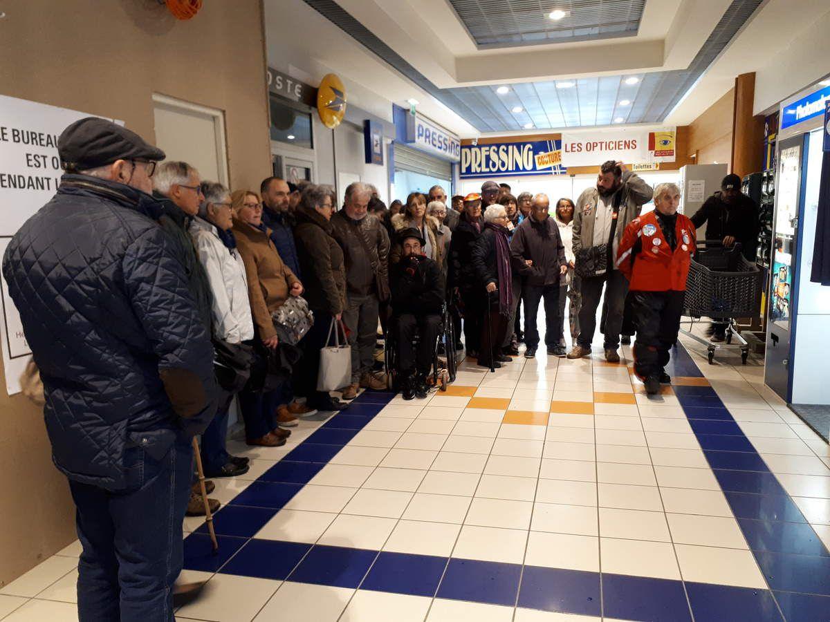 Rassemblement contre la fermeture du Bureau de Poste de la Boissière à Morlaix le samedi 27 octobre (photos Jean-Luc Le Calvez)
