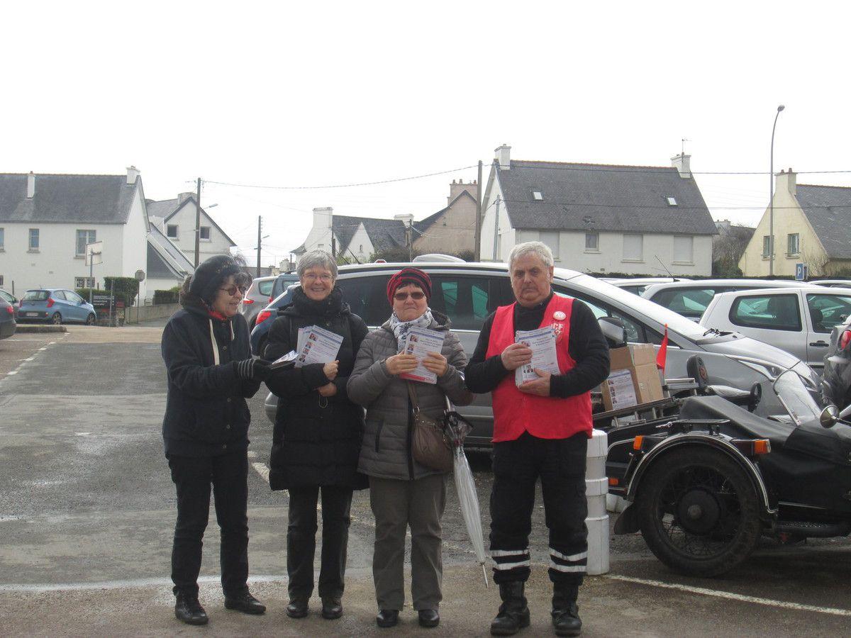 Distribution de tract à l'Hôpital de Morlaix pour une réunion publique régionale sur les EHPAD à Saint Brieuc