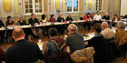 Les élus ont particulièrement apprécié la présentation de Jean-Raphaël Leclère, commandant le centre de secours et d'incendie de la ville. © Le Télégramme