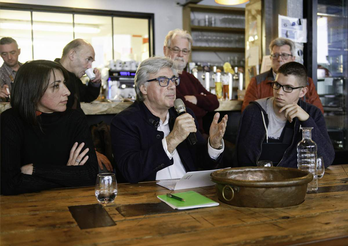 photo JM Nayet Conférence débat avec Patrick Le Hyaric, Glenn Le Saoût, Cindérella Bernard 2 mars 2019 Roscoff Café restaurant c'est ici