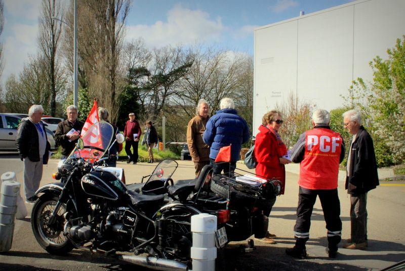 Les militants du PCF présents à l'hôpital de Morlaix le lundi 25 mars pour aller à la rencontre des usagers et distribuer le A coeur ouvert Bretagne de mars 2019 (photos Mikaël Seillé)