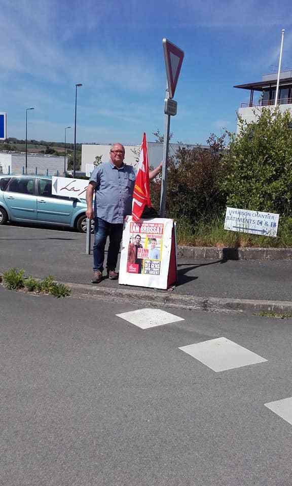 Les communistes morlaisiens distribuent devant l'usine SERMETTA à Morlaix pour une Europe des gens contre l'Europe de l'argent, avec Ian Brossat (photos Marie-Hélène Le Guen, 13 mai 2019)
