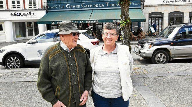 José et sa fille Rosa sur la place des Otages de Morlaix, près du Grand Café de la Terrasse. À l'époque, en 1939, le petit garçon qu'était José s'était assis dans un café près du Viaduc et était resté là des heures. Ce passage est décrit dans son ouvrage « Exilés, le passé te rattrape toujours ». Sur les traces de cette enfance, le vieil homme pense peut-être avoir retrouvé ce café, sans en être certain. (Le Télégramme/Cécile Renouard)