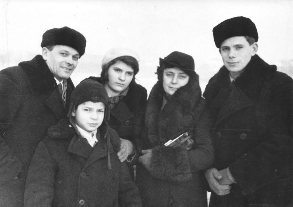 La famille Masutti à Moscou en 1937 avec Costante, Teresa, Angelo, Othello, Nella - Mars 1937, sur la Moscova gelée