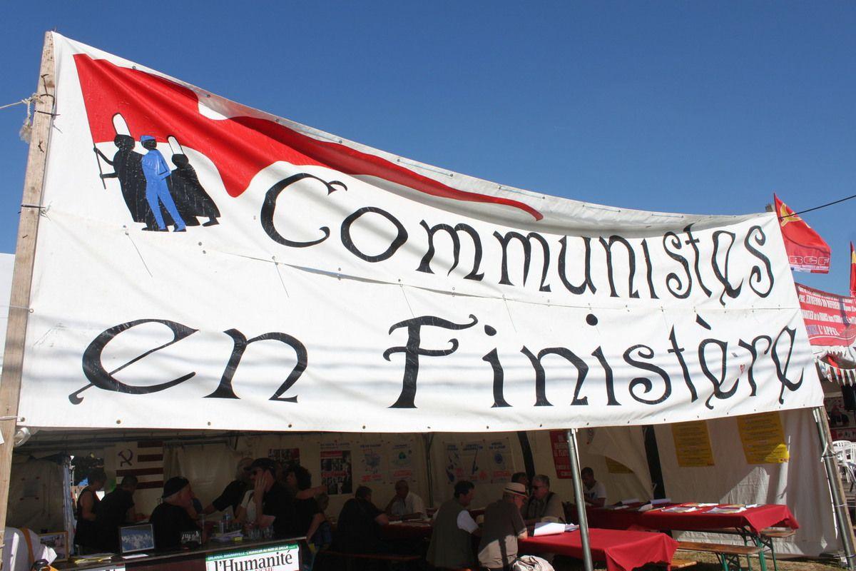 La fête de l'Humanité, c'est dans 6 jours, ça travaille dans la bonne humeur sur le stand du Finistère