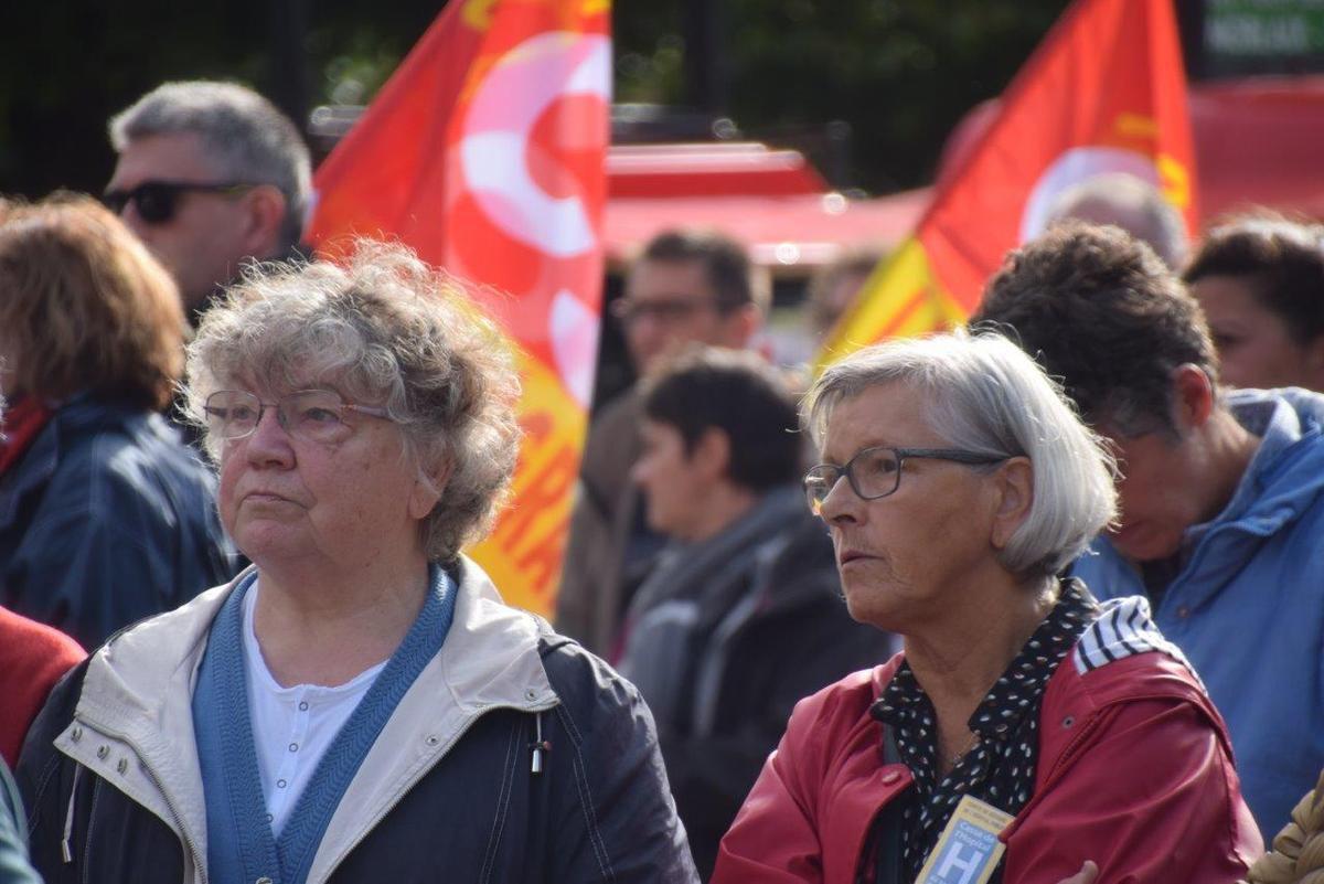 Photo Pierre-Yvon Boisnard: Monique David et Martine Carn au premier rang pendant les discours syndicaux