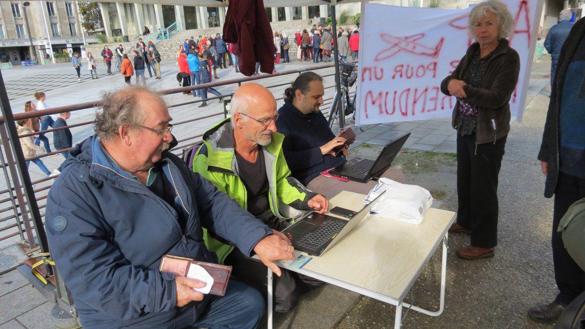 Campagne contre la privatisation d'Aéroports de Paris - Stand pour un référendum sur ADP à Brest le samedi 19 octobre