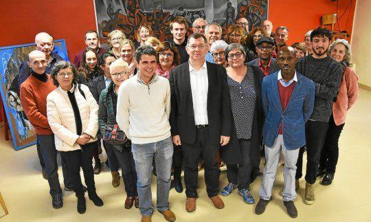 Jean-Paul Vermot (au centre, accompagné de colistiers et de soutiens) mènera la liste « Ensemble à gauche. Pour une ville sociale, écologique et solidaire ». (Le Télégramme/Gwendal Hameury)