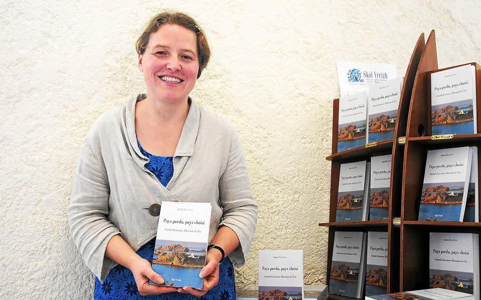 """Photo Le Télégramme: présentation par Saskia Helmund dans les locaux de Skol Vreizh de """"Pays perdu, pays choisi. Journal d'une Jeune Allemande de l'est"""""""