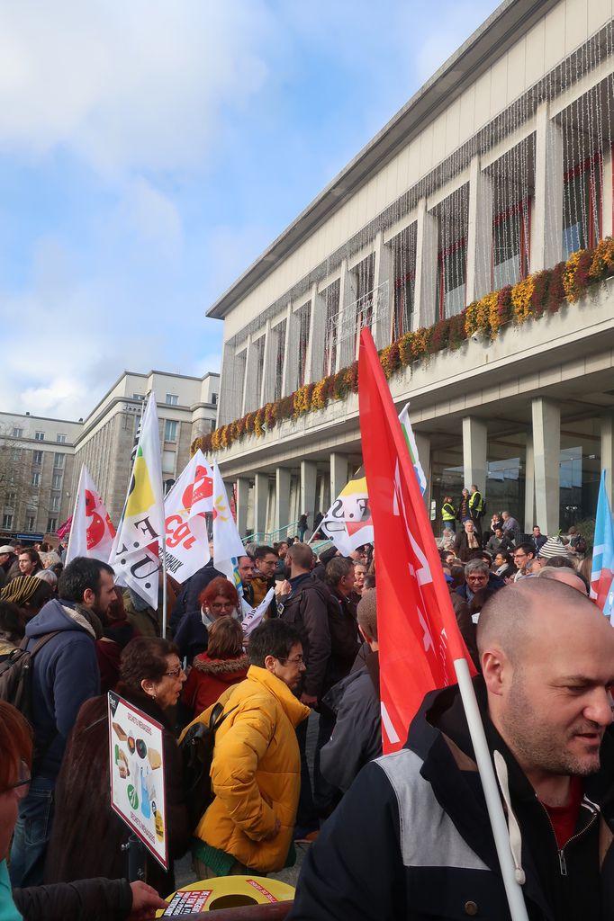 Samedi 7 décembre: Manifestation contre la réforme des Retraites à Brest - 2000 manifestants maintiennent la pression après le raz-de-marée du 5 décembre et avant la nouvelle journée de grève et de mobilisation du 10