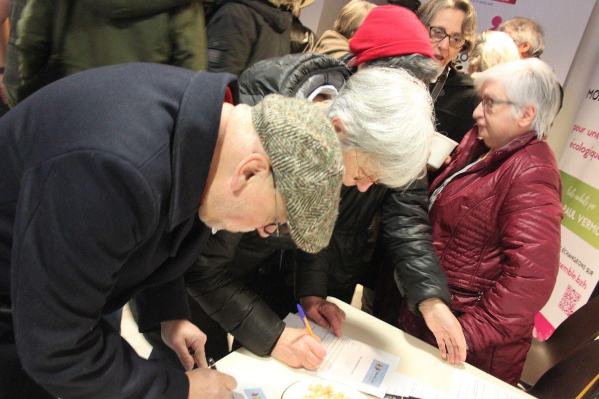 Inauguration du local de campagne de Morlaix Ensemble ce samedi 14 décembre du 6 place des Otages: du monde et une belle ambiance (photos Jean-Luc Le Calvez)