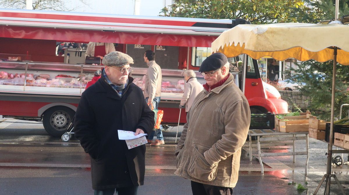 Les militants du collectif unitaire pour un référendum contre la privatisation d'ADP Pays de Morlaix présents sur le marché de Saint Martin des Champs ce dimanche 15 décembre