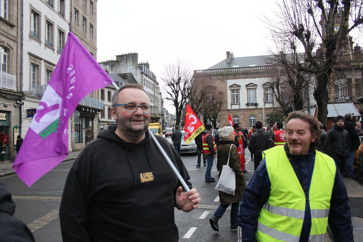 Manif de Morlaix ce 17 décembre - Une foule compacte de 3000 manifestants toujours aussi déterminés, avec le même niveau de mobilisation que le 5 décembre ( Photos Jean-Luc Le Calvez, Pierre-Yvon Boisnard et I Dupont)