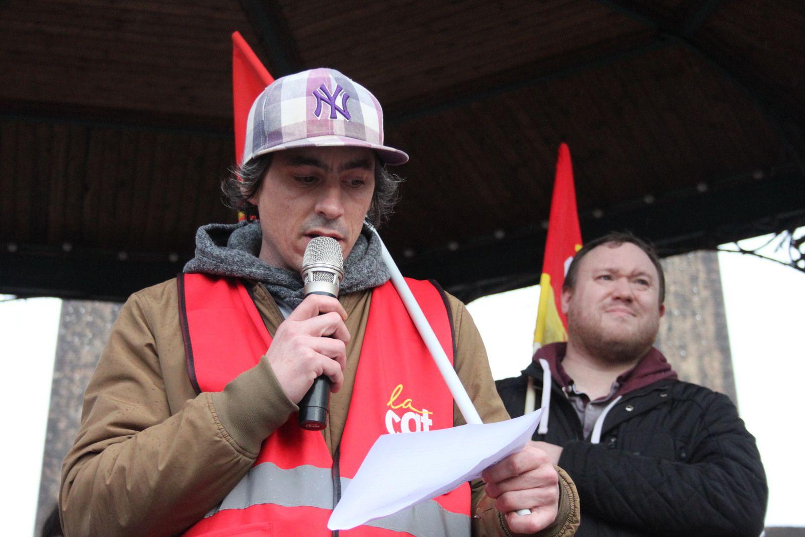 Prise de parole de Sébastien Le Scornet, avec Julien Tanguy en arrière-plan, pour la CGT