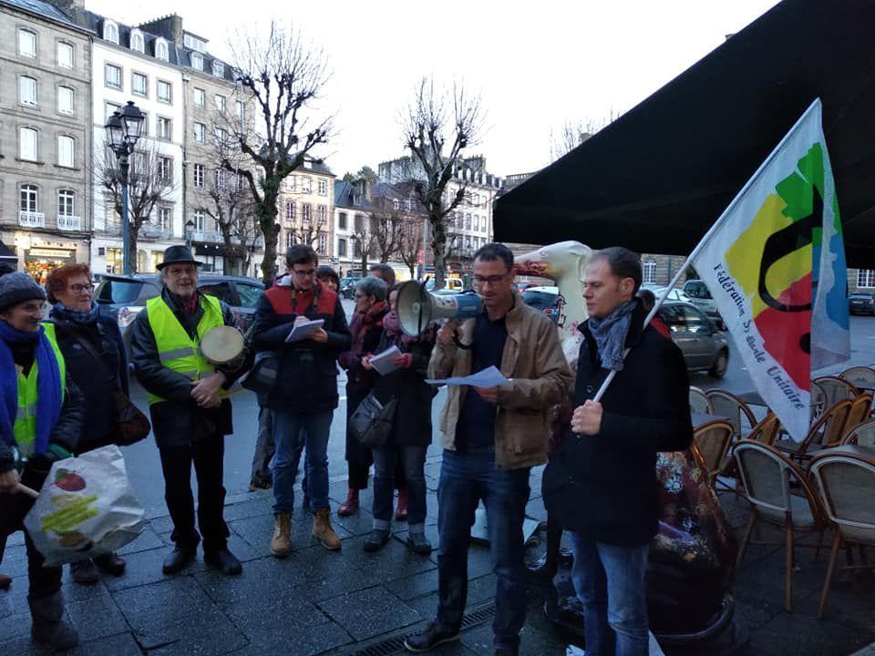 Effondrement des pensions de retraites des enseignants, mépris du monde enseignant: les instits et les profs de Morlaix et sa région expriment leur colère devant la permanence de Sandrine Le Feur, la députée LREM, le vendredi 17 janvier