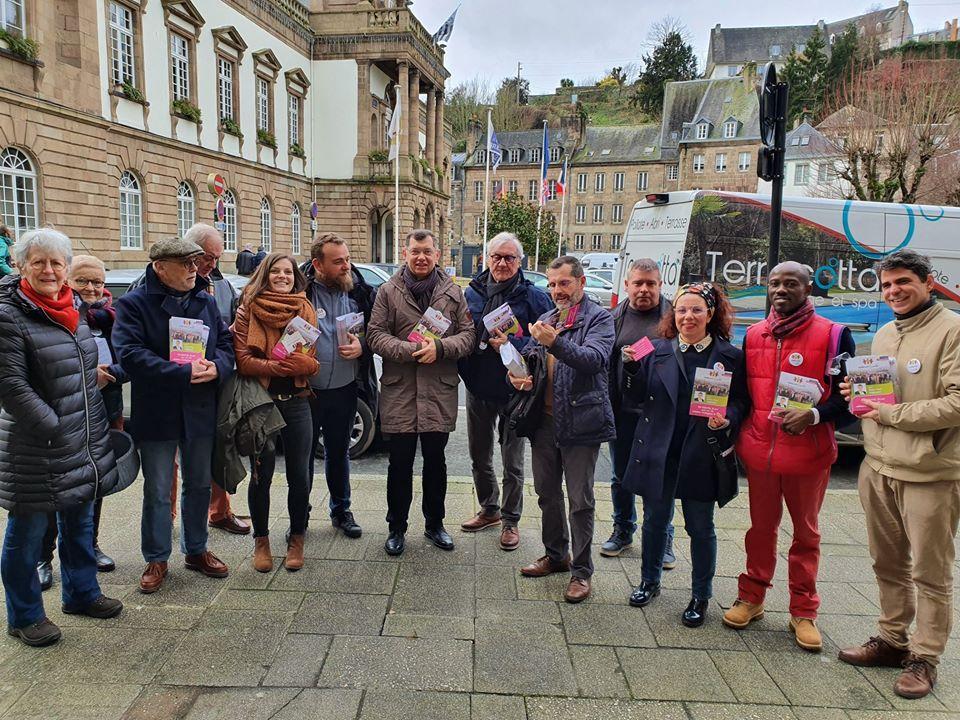 Photo des colistiers avant la distribution du programme de nos prochaines réunions publiques sur le Marché de Morlaix (Photo Valérie Scattolin)