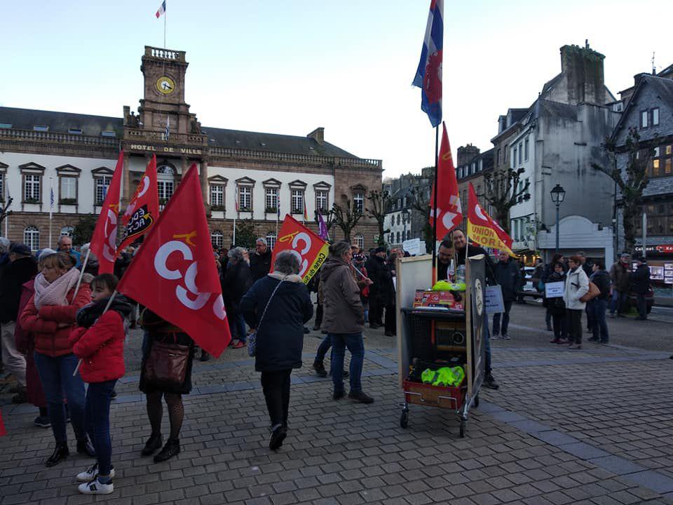 Lundi 2 mars: rassemblement de 150 personnes devant le kiosque à Morlaix contre le 49.3 pour passer en force la réforme des retraites