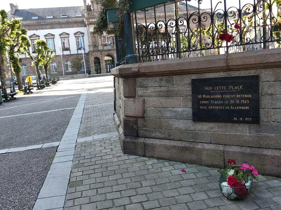 Plaque commémorative aux 60 otages Morlaisiens à la base du kiosque à musique, sur l'ancienne place Thiers de Morlaix, devenue place des Otages devant la mairie