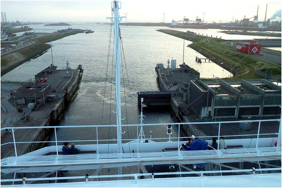 le Costa Magica sur le canal de la mer du Nord. Sortie de l'écluse à Ijmuiden.