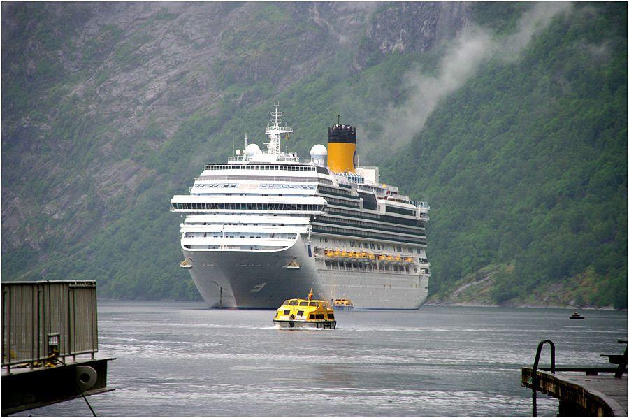 Costa Marina - Geiranger - le bateau au mouillage dans le fjord