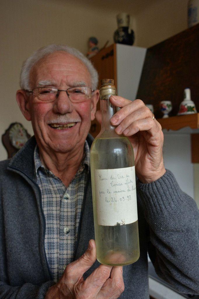 Jacques Sarthou garde précieusement une bouteille d'eau-de-vie que lui a offerte Daniel Zeimet, maire de Marcq jusqu'en 2008