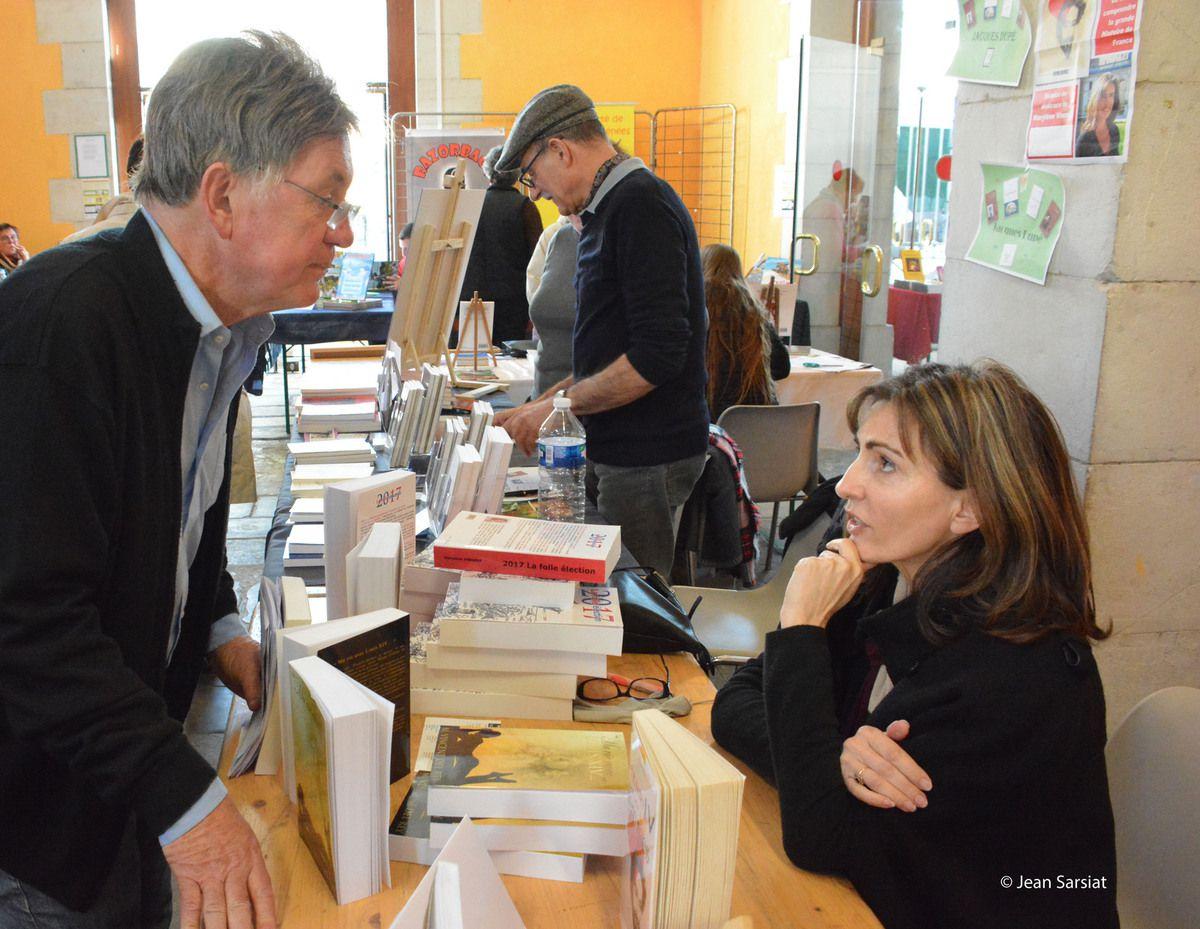 """Marylène et Michel : l'adjoint au maire de Navarrenx, échangeant avec l'auteur de """"Henri IV et les femmes. De l'amour à la mort""""."""