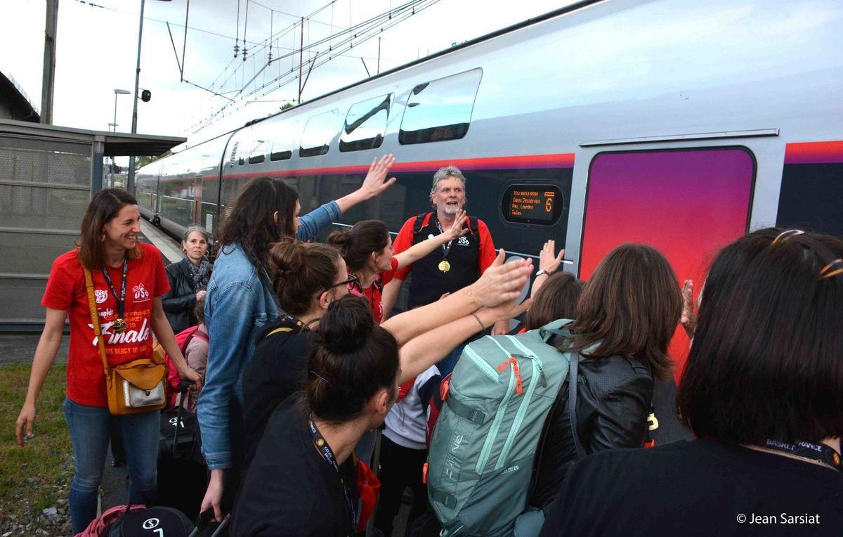 ROUGE et NOIR  : MEME LE TGV ETAIT AUX COULEURS DE L'U.S.ORTHEZ