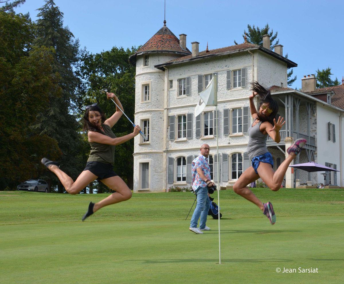 Rachel et Angela Grant de Longueuil , golfeuses de charme, l'été denier sur le green du domaine Nitot