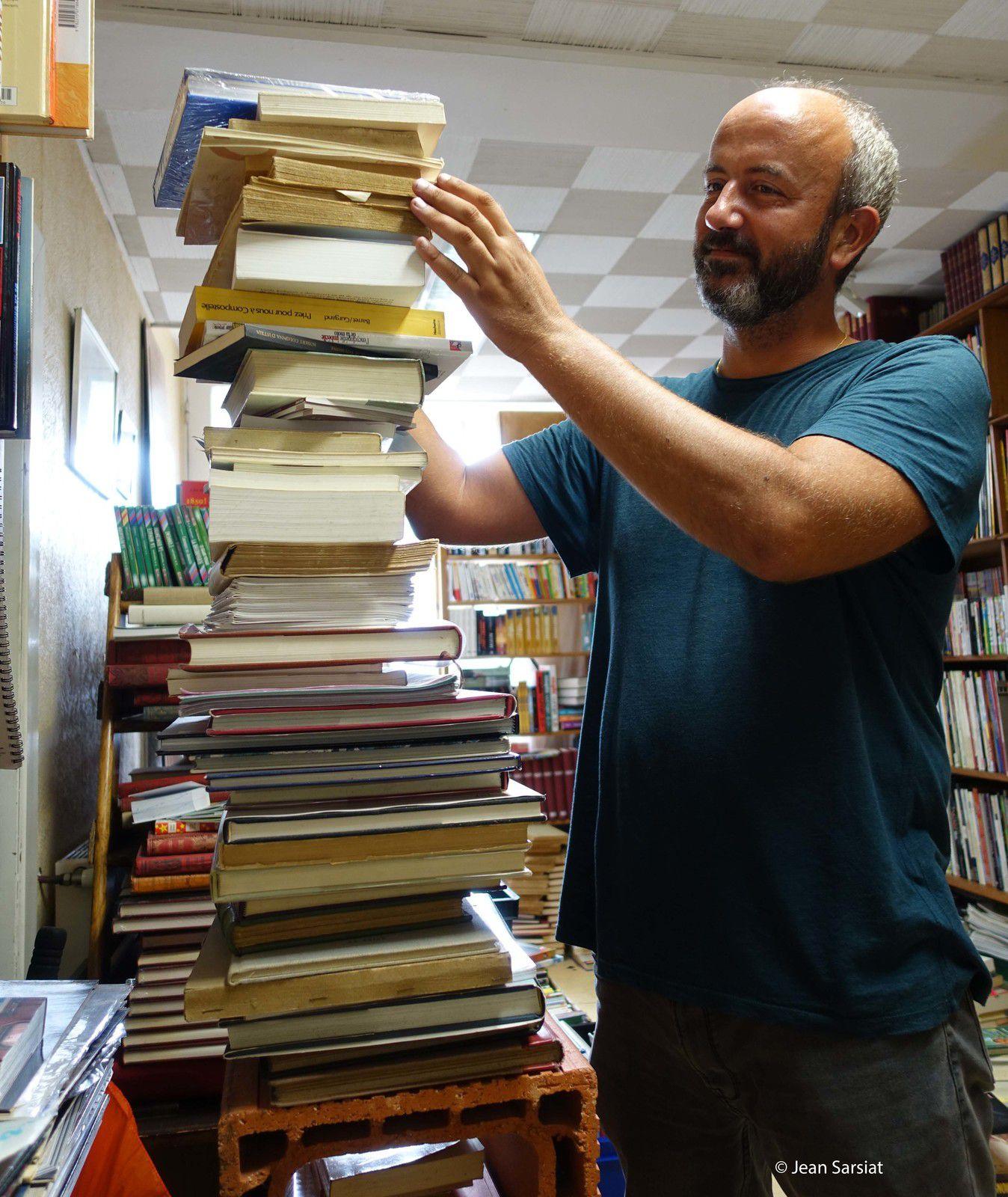 Au sommet de la pyramine, un livre sur les Pyrénées des éditions... Caïrns !