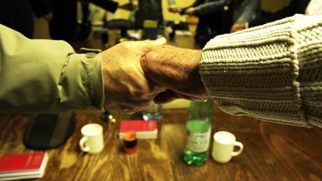 Après les confidences, à l'issue de chaque rencontre, les membres des Alcooliques Anonymes se prennent par la main ; véritable symbole d'une entraide fraternelle