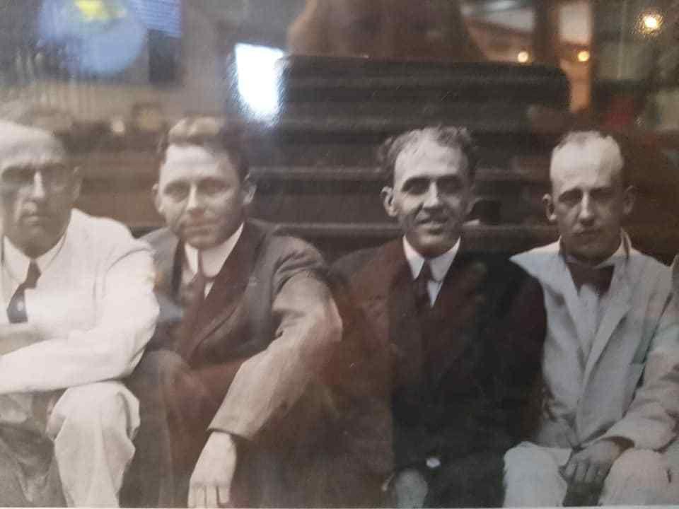 Tout à gauche de la photo