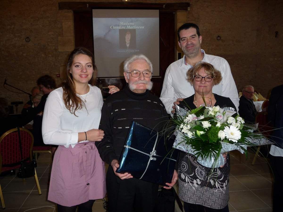 La famille de Claudine réunie pour la cérémonie de remise du diplôme de citoyenne d'honneur