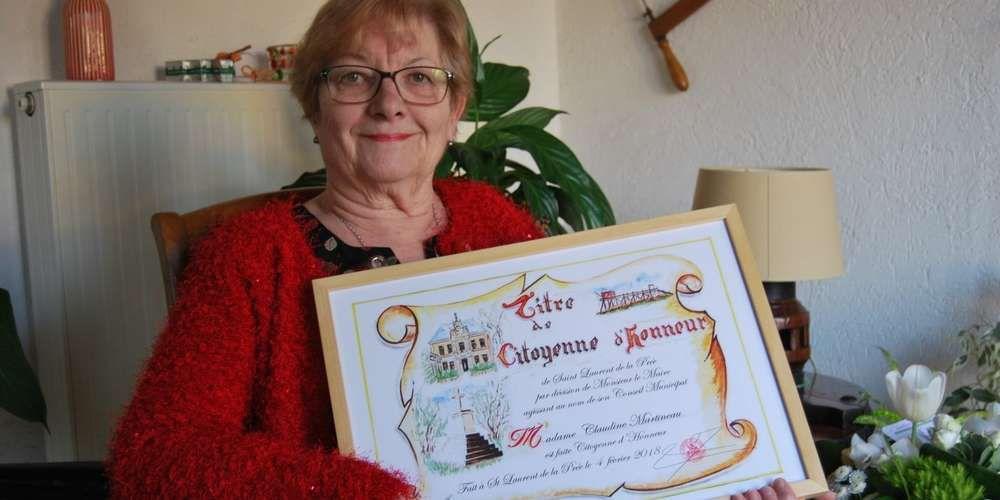 Absente lors du repas des aînés, Claudine Martineau a posé avec son diplôme quelques jours après. Photo famille martineau