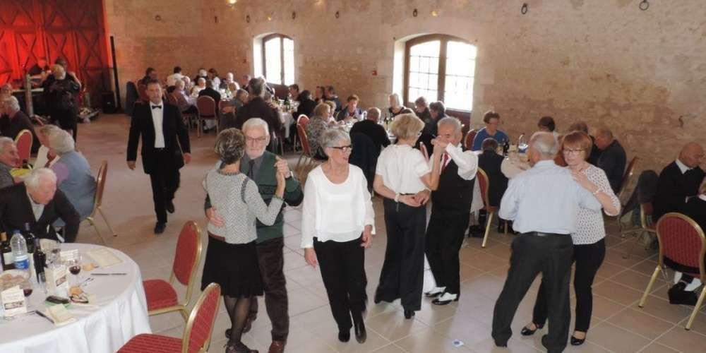 Les aînés ont pu profiter de la piste de danse durant le repas. Photo Olivier Coche-Dequeant