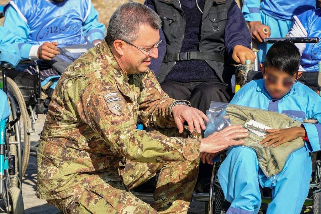 Afghanistan:militari italiani donano vestiario ai disabili
