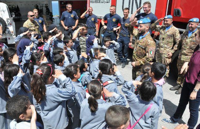 Libano:militari italiani incontrano bambini di un villaggio lungo la Blue Line