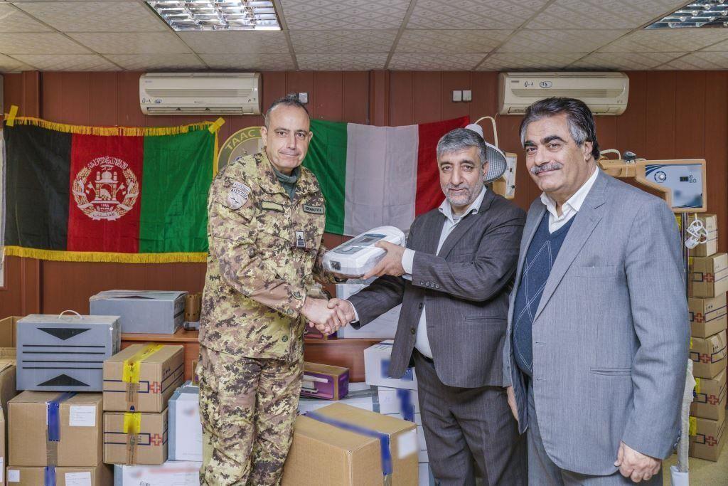 Afghanistan:militari italiani donano medicine ed attrezzature a Dipartimento Salute Herat