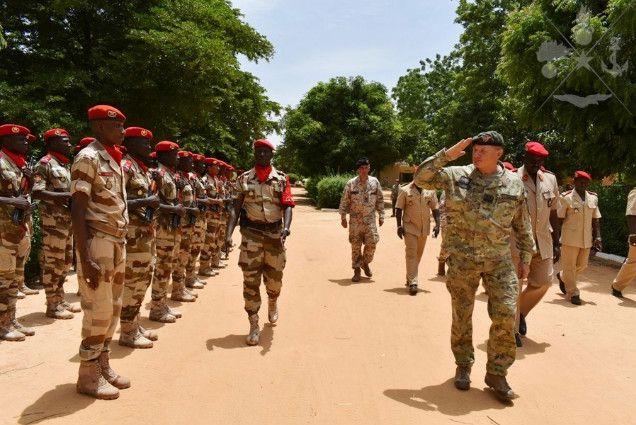 Niger: il Comandante del COFS in visita alla Folgore in missione