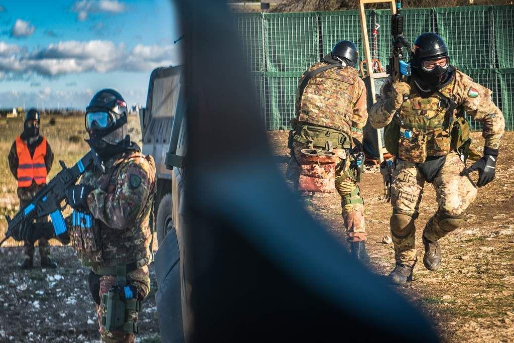 """Bari:militari della Brigata""""Pinerolo""""si addestrano con nuovo munizionamento non letale"""