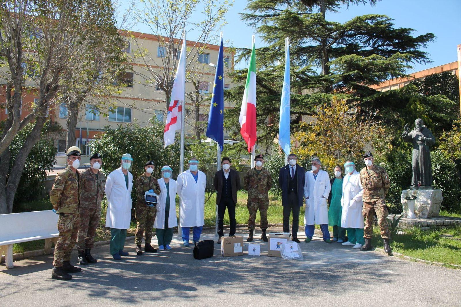 """Barletta:i militari dell'82°Reggimento Fanteria """"Torino""""donano ventilatore polmonare e materiale sanitario all'ospedale di Bisceglie"""