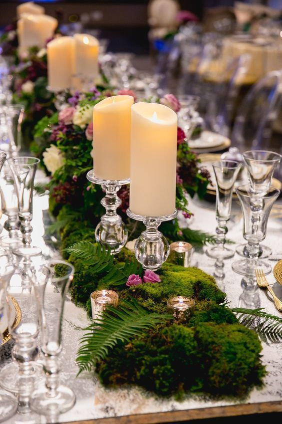 décoration de table avec de la mousse verte