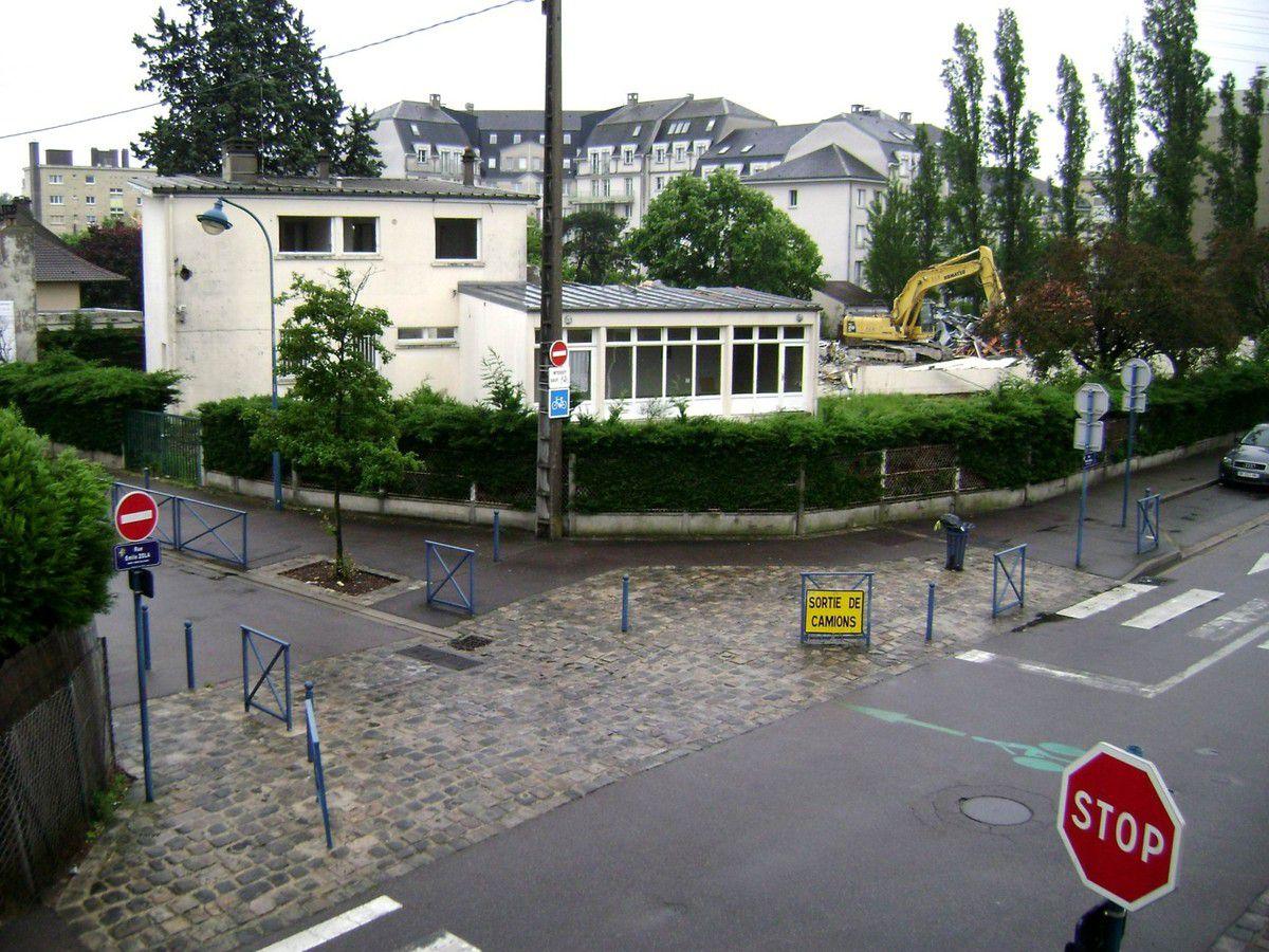 Mai 2012. Pour mettre fin à tout débat quant à la fermeture de l'école maternelle Les Iris, le Maire et le Conseil général font détruire l'école qui sera remplacé par le foyer.