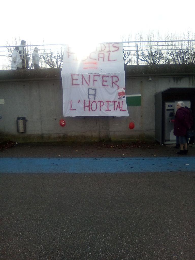 Parvis de l'Hôpital de Mantes-la-Jolie
