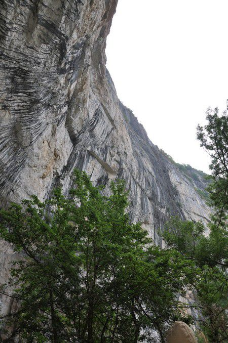 l'entrée de la grotte préhistorique et la sortie gastronomique