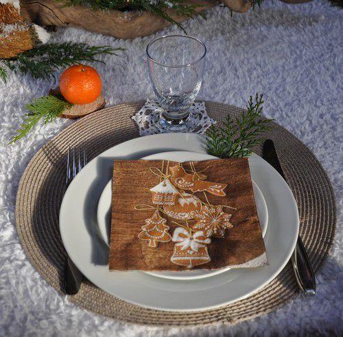 encore une table neige et bois mais avec une touche de verdure cette fois