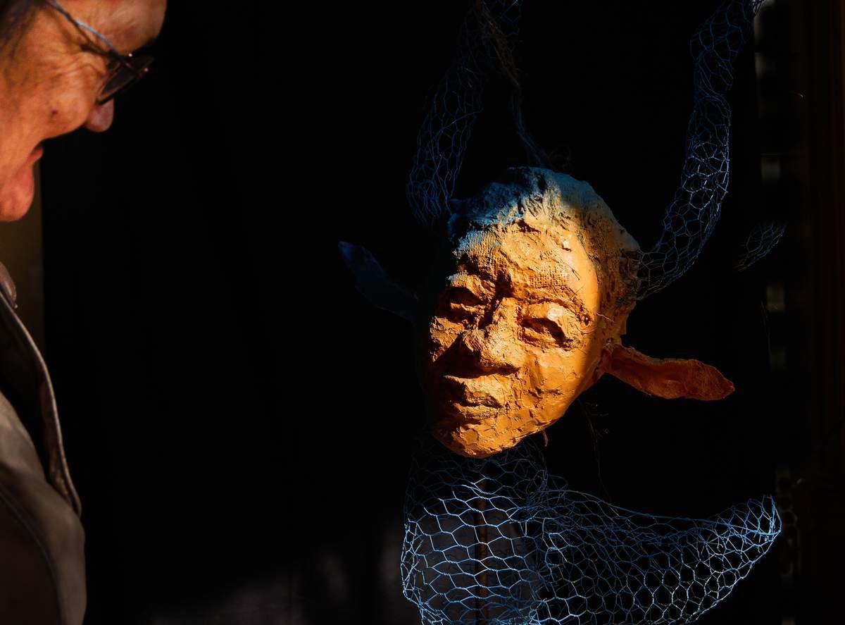J'adore cette photo d'une visiteuse en discution avec une oeuvre d' Elena Sanchez