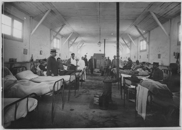 Hôpital militaire du camp de Salonique - Une chambre de malades. 1918.