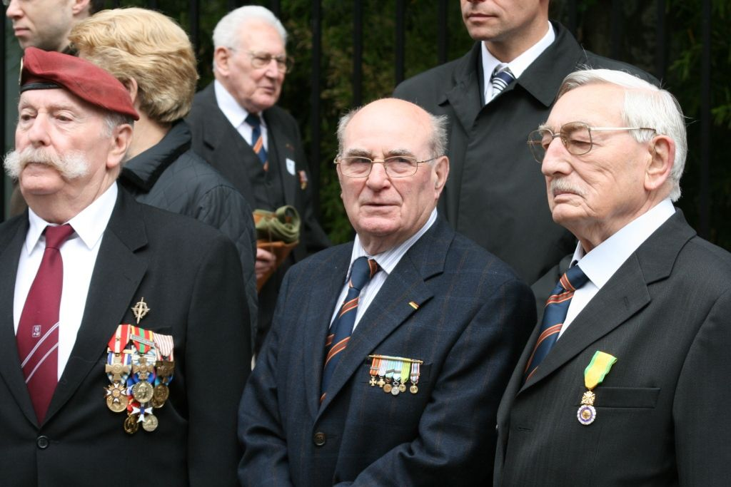 8 mai 2009 : Robert Choffé, à droite, vient de recevoir la médaille militaire. A gauche, Christian Poujols, président de la 46e Section de l'UNC.